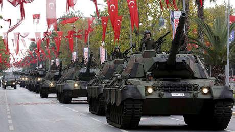 Tanques del Ejército turco participan en una ceremonia por el Día de la República en Estambul, Turquía.