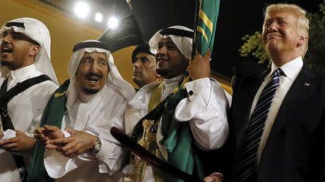 El rey Salmán y Donald Trump durante una ceremonia de bienvenida en el Palacio Al Murabba, en Riad.