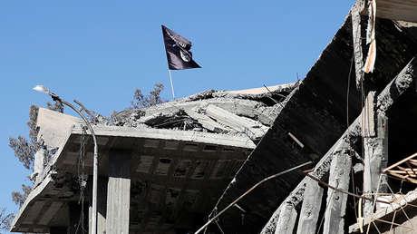 La bandera del Estado Islámico ondea sobre un edificio destruido en Raqa, el 18 de octubre de 2017.
