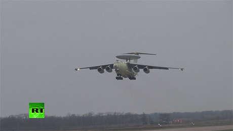 Un avión ruso A-100 en pleno vuelo.