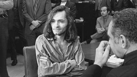 Charles Manson en una breve conferencia de prensa en el tribunal que lo juzgaba, el 18 de junio de 1970