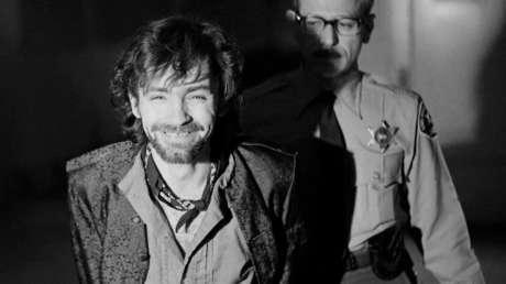 Charles Manson sonríe tras salir de la corte en Los Ángeles el 21 de diciembre de 1970.