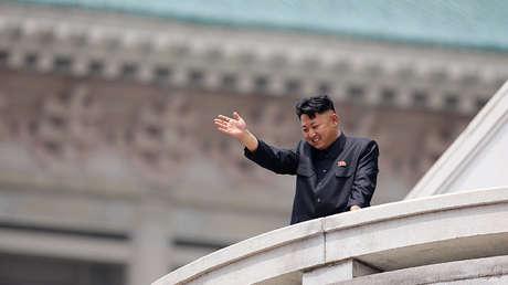 El líder de Corea del Norte, Kim Jong-un, durante el desfile de conmemoración del 60 aniversario de la firma de la tregua de la Guerra de Corea de 1950-1953. Pionyang, 2013.