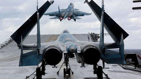 Cazabombarderos Su-33 y MiG-29K en la cubierta de portaaviones Admiral Kuznetsov