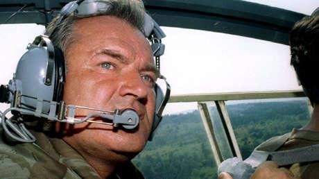 El general Ratko Mladic en un helicóptero de combate