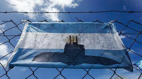 Bandera de Argentina modificada para apoyar a los 44 miembros de la tripulación del submarino San Juan.