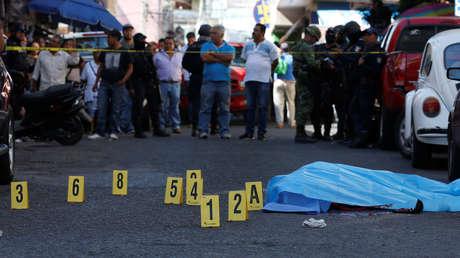 La escena de un crimen donde un hombre yace muerto en Chilpancingo, Guerrero.