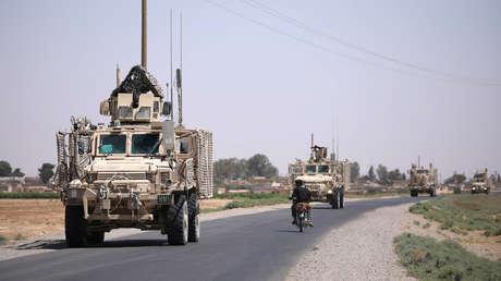Un convoy militar de EE.UU. pasa por la carretera principal en Raqqa, Siria, el 31 de julio de 2017.
