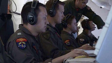 Oficiales de la Armada de EE.UU. a bordo de un avión P-8A Poseidon, durante la búsqueda del submarino ARA San Juan. 22 de noviembre de 2017.