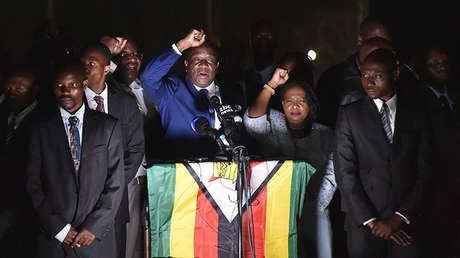 Emmerson Mnangagwa da un discurso ante miembros del ZANU-PF, el partido gobernante de Zimbabue, el 22 de noviembre de 2017.