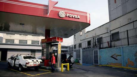 Logotipo de la petrolera estatal PDVSA en una gasolinera en Caracas.