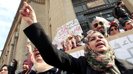 La activista Samira Ibrahim asiste a una manifestación frente a un tribunal en El Cairo, 16 de marzo de 2012.