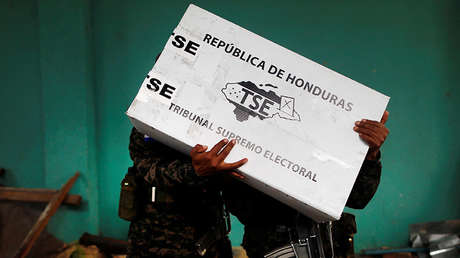 Soldados descargan material electoral en Tegucigalpa previo a las elecciones generales hondureñas, 25 de noviembre de 2017.