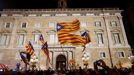 Banderas 'esteladas' en la plaza de San Jaime, Barcelona, España, 27 de octubre de 2017