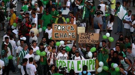Seguidores sostienen carteles con la leyenda 'Fuerza Chape' en los alrededores del estadio Maracaná durante un evento simbólico para recordar al equipo de fútbol Chapecoense  el 7 de diciembre de 2016.