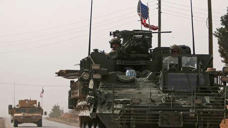 Vehículos del Ejército estadounidense se dirigen al norte de la ciudad de Manbij, en la provincia de Alepo, Siria, el 9 de marzo de 2017.