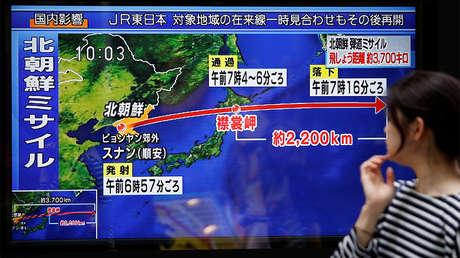 Una mujer mira las noticias sobre el lanzamiento de misiles de Corea del Norte en Tokio, Japón, 15 de septiembre de 2017.