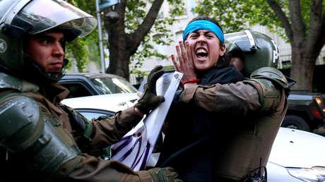 Mapuche es detenido durante una protesta en apoyo a Rafael Nahuel, asesinado a tiros en la Patagonia argentina.
