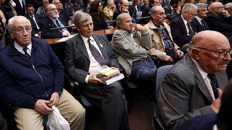 Jorge Acosta, Alfredo Astiz y otros exmiembros de la ESMA asisten a la audiencia el juicio por su papel durante la dictadura de 1976-1983, el 29 de noviembre de 2017.