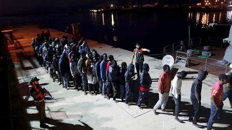 Migrantes llegan a una base naval en Trípoli después de ser rescatados por la Armada libia, el 4 de noviembre de 2017.