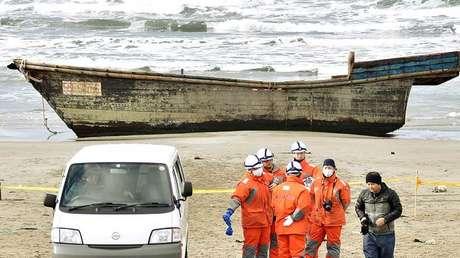 Un bote de madera, que llegó a la costa con ocho cuerpos parcialmente esqueléticos y fue encontrado por la Guardia Costera de Japón, en Oga (Japón), el 27 de noviembre de 2017.