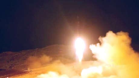 Imagen del video distribuido el 5 de noviembre por el canal hutíe Al Masirah del supuesto lanzamiento de un misil balístico desde Yemen.