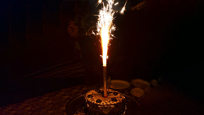 ¡Insólito! Le celebran el cumpleaños y termina envuelto en llamas