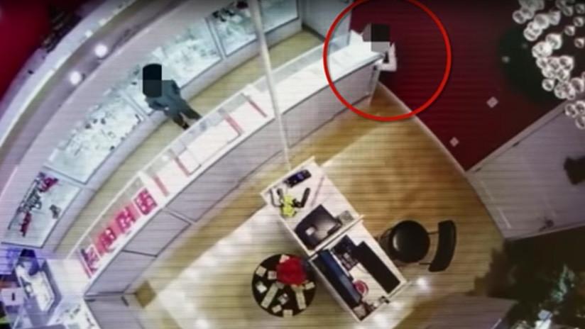 Video chocante: Usan a sus hijos menores para robar en una joyería de EE.UU.