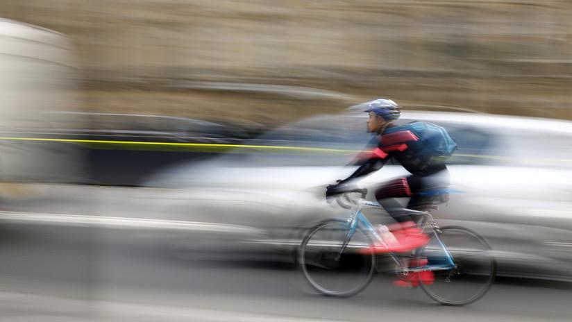 Video: Un ciclista viaja por una autopista a 90 km/h