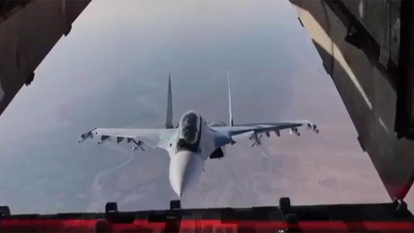 Un osado caza ruso Su-30 inspecciona de forma increíble un avión de carga en pleno vuelo (VIDEO)