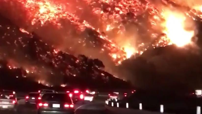 'Autopista al infierno': Captan terroríficas imágenes del voraz incendio en California (VIDEOS)