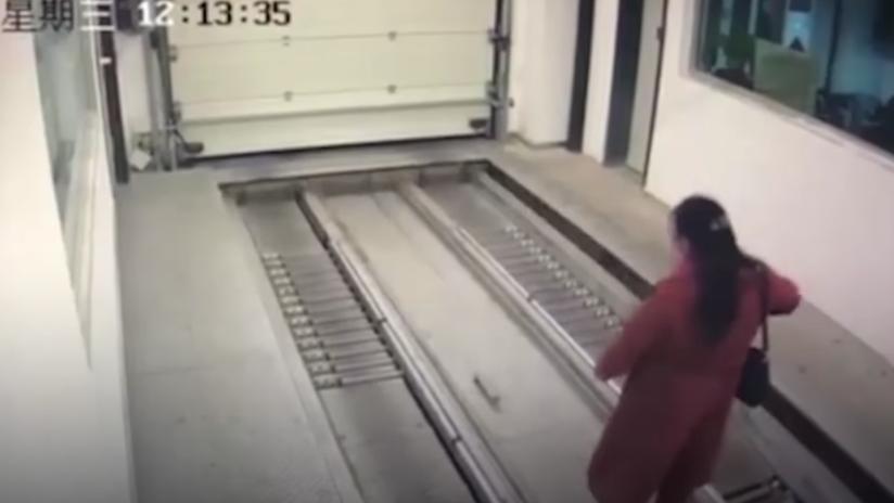 'Ataque de las máquinas': Mujer entra en un autogaraje y es atropellada por un coche sin conductor