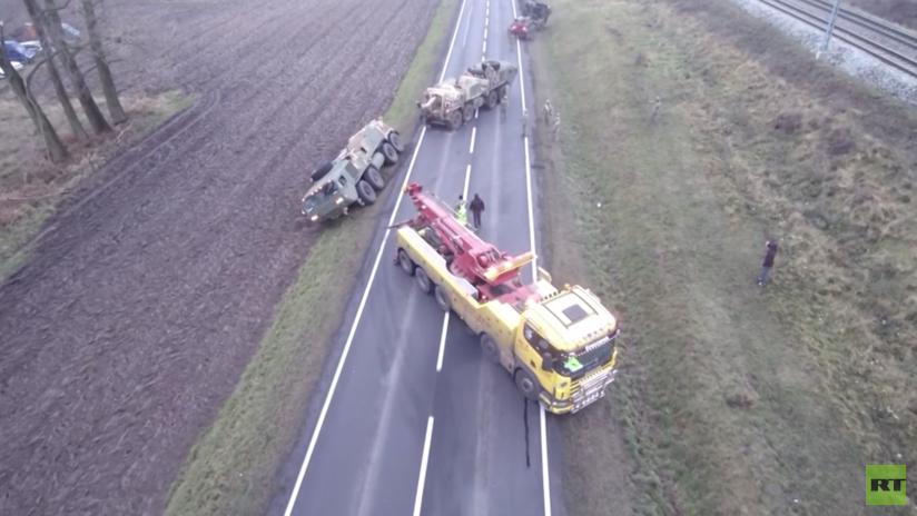 'Qué embarrada': Convoy militar de EE.UU. se atasca en Polonia y tiene que pedir ayuda local (VIDEO)