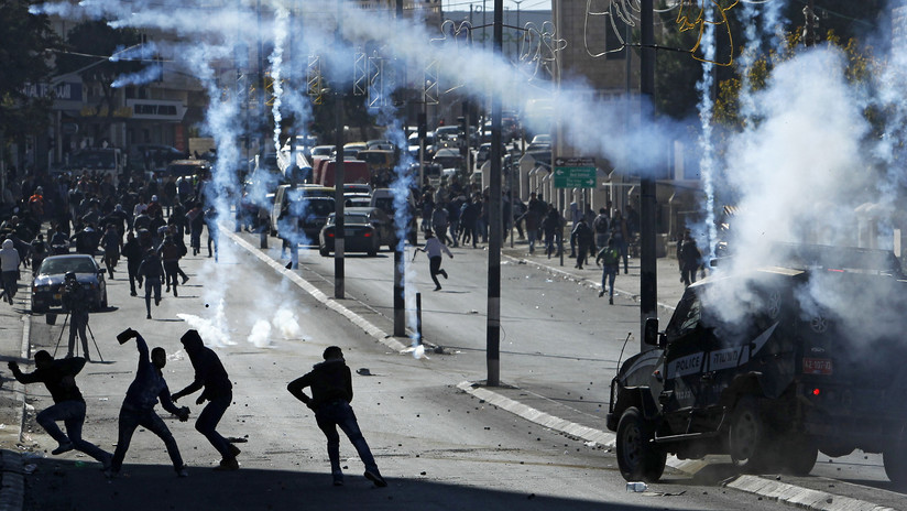 La Policía israelí dispersa con gas lacrimógeno a unos manifestantes palestinos en Belén