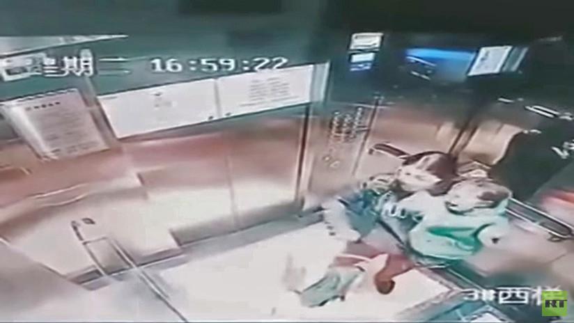 IMPACTANTE VIDEO: Una niñera china propina 14 puñetazos a un menor en un ascensor cerrado
