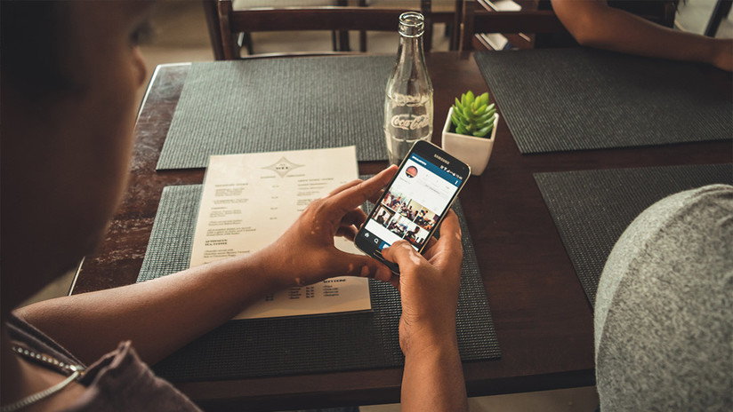 ¿Un pelo en la pantalla de mi teléfono? No, un anuncio fraudulento (FOTO)
