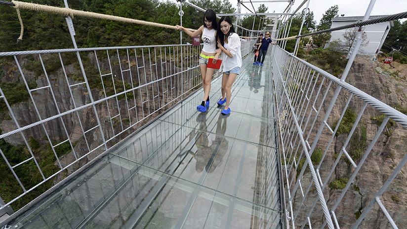 Broma infartante: Puente colgante de cristal se fractura justo bajo los pies de un turista (VIDEO)