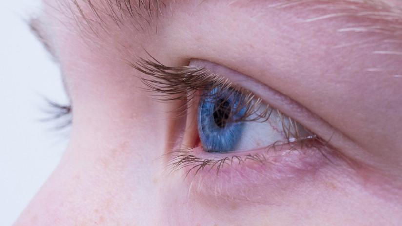 Una mujer tiene los ojos rojos durante años y hallan esto en sus pestañas