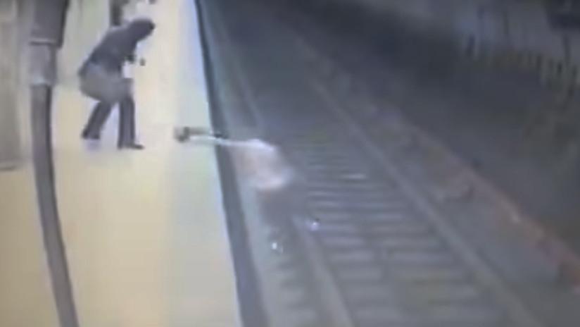 Mujer muere tras ser lanzada a las vías del metro