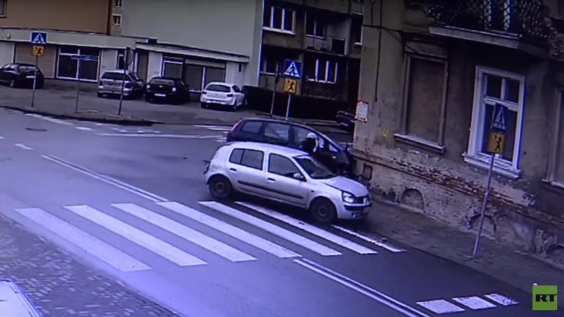 No era su hora: Dos automóviles por poco atropellan a una mujer (VIDEO)