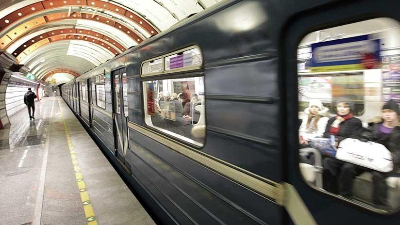 VIDEO: Un guardia ebrio apunta la pistola a la cabeza de un pasajero del metro en San Petersburgo