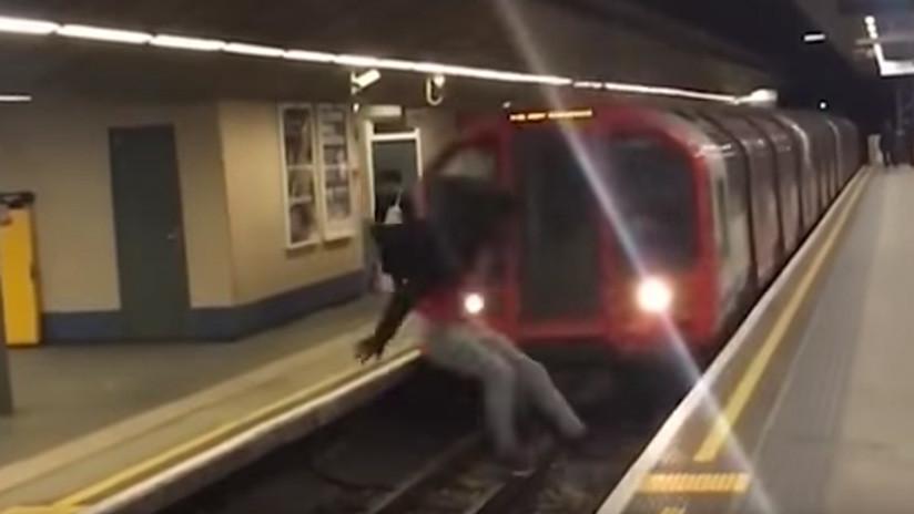El infartante momento cuando un joven hace un 'salto mortal' delante de un metro en marcha (VIDEO)
