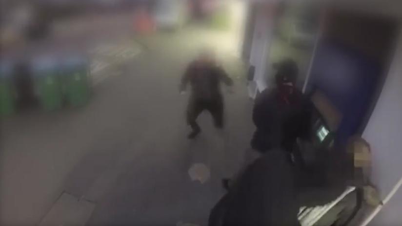 VIDEO: Dos ladrones asaltan a una mujer y enseguida se arrepienten