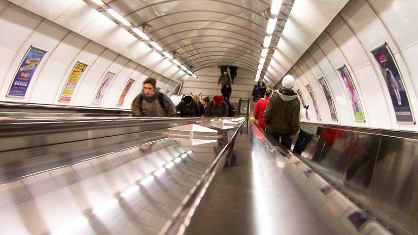 VIDEO: Se desliza por la escalera mecánica del metro de Londres y su doloroso batacazo se hace viral