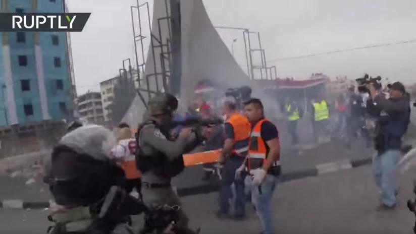 VIDEO: Soldados israelíes impiden con rudeza que los médicos traten a un palestino herido