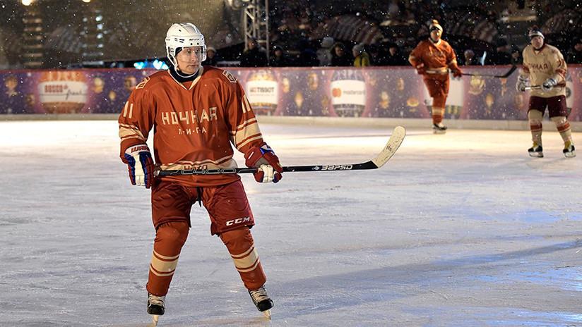 VIDEO: Putin muestra sus habilidades de hockey en la pista de hielo de la Plaza Roja