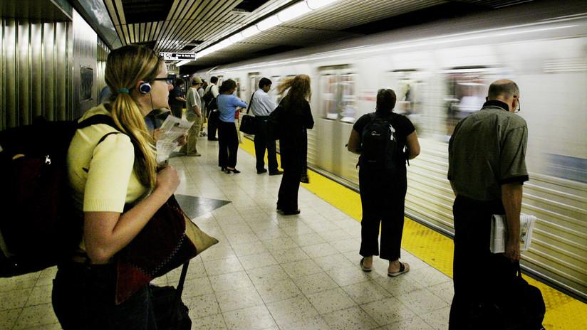 FUERTE VIDEO: Un joven drogado es embestido por un tren en el metro de Toronto