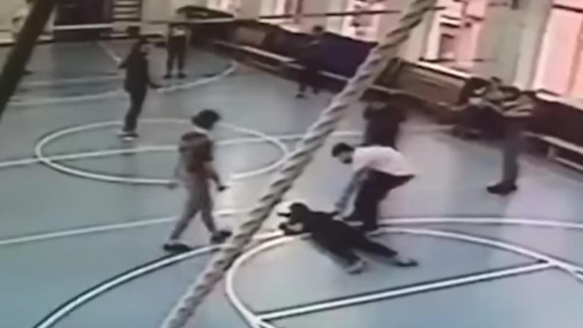 FUERTE VIDEO: Una adolescente muere en el gimnasio de una escuela de Moscú