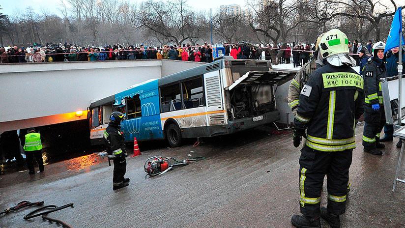 Se precipita autobús hacia entrada del Metro y embiste a peatones — Moscú