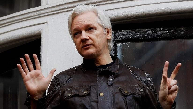 Papa Noel, un cachorro y la Armada de EE.UU.: 'Reaparece' la cuenta de Twitter de Julian Assange